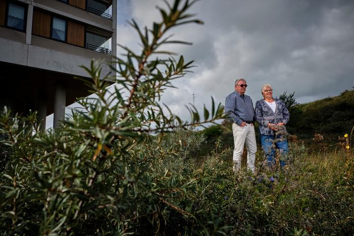 Bram Hoogendijk en Ann van den Berg in de duinstrook voor hun flat.