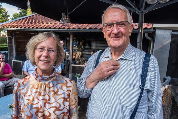 Tijdens de zogeheten partnerdag in Hertme's Ambacht werden de twee oud-bestuursleden Grietje Rosink en Gerrit Hermeling onderscheiden.