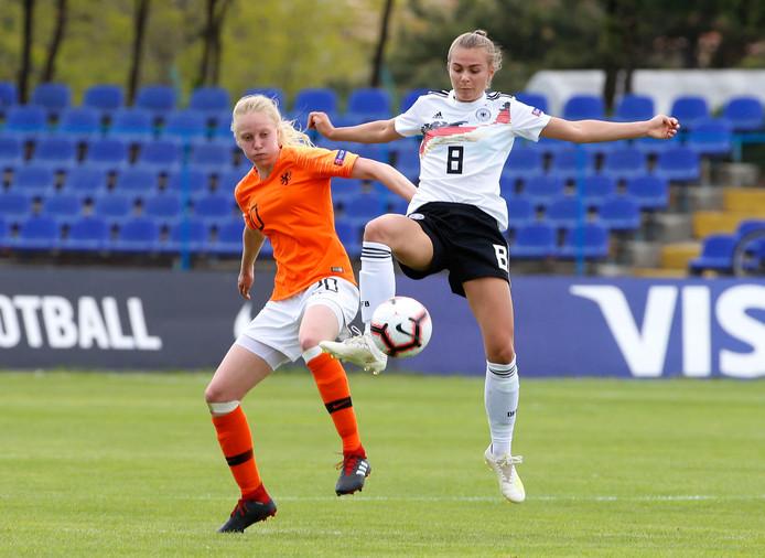 Lotje de Keijzer (l) speelde met Oranje tijdens het EK al eerder tegen Duitsland. Vrijdag treffen beide teams elkaar in de finale.