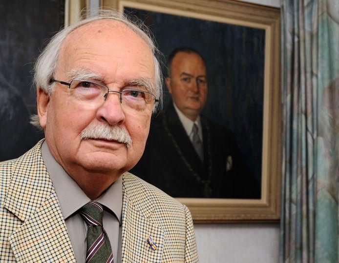 Carel Knoppers, in september 2014, toen hij in deze krant terugblikte op de Slag om Arnhem. De oud-burgemeester maakte die gebeurtenissen van dichtbij mee, ook omdat zijn vader Hendrik Jan (op het portret) destijds burgemeester van het Gelderse Heteren was.