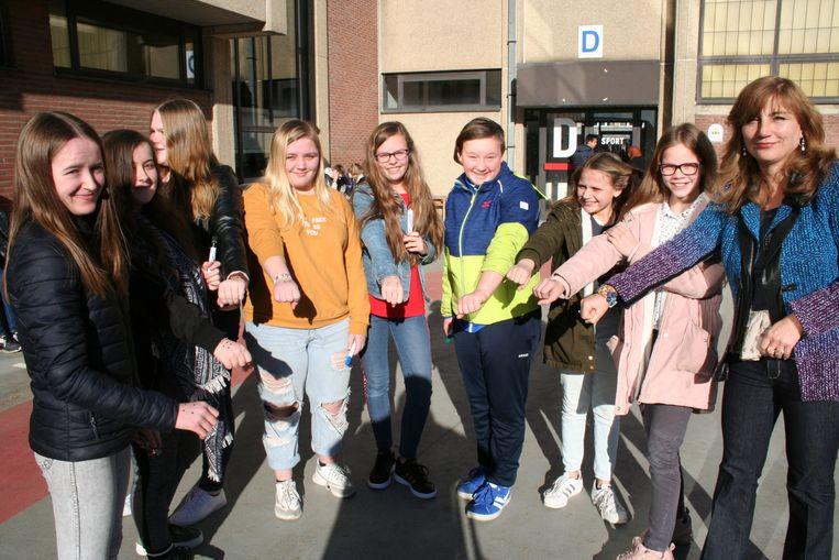 Leden van de leerlingenraad tonen de stippen tegen pesten
