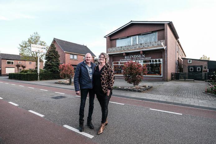 Marcel en Sylvia Reindsen voor het bedrijfspand.