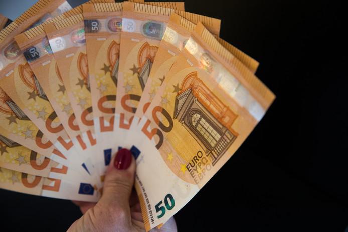 400 euro moesten de statushouders in een keer betalen voor de verlenging.