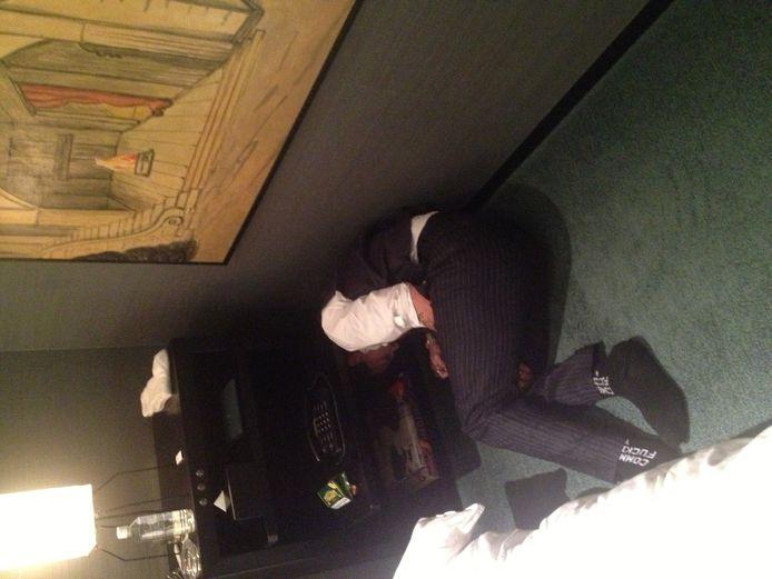 """Johnny Depp est-il évanoui sur cette photo à cause d'une consommation excessive d'alcool et de drogue? """"Je dormais"""", dit-il."""