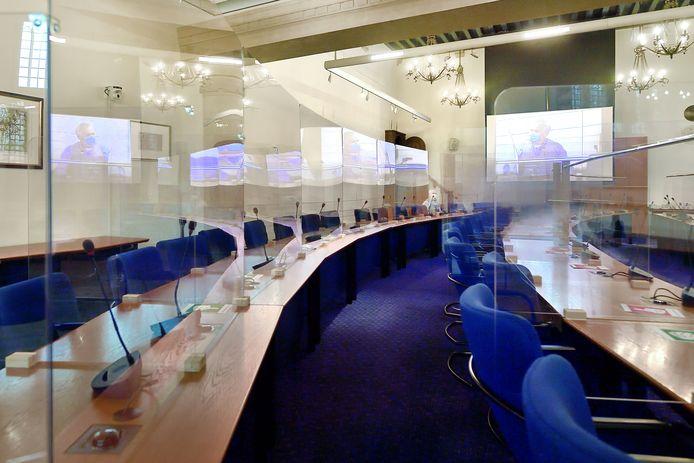 De raadzaal in Bergen op Zoom coronaproof ingericht met kuchschermen.