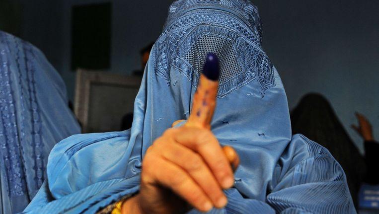 Een vrouw in Afghanistan heeft gestemd. Beeld afp