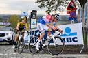 Mathieu van der Poel en Wout van Aert met z'n tweeën op weg naar de finish in de Ronde van Vlaanderen.