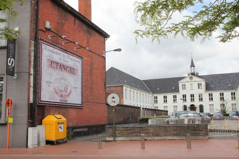 Een muurschilderij in de Gentstraat herinnert aan de schoenenfabriek.