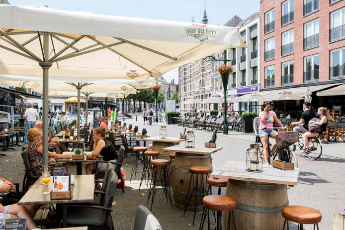 Terrasstoelen vullen het Van Coothplein dat een echt horecaplein is geworden. foto René Schotanus/Pix4Profs