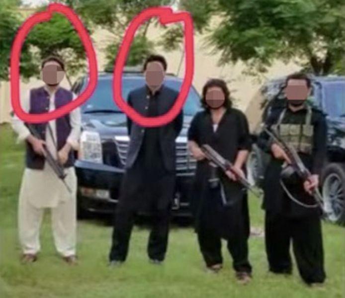 Op deze foto, verspreid via de Facebookpagina 'Justice for Mahira Zulfiqar', poseren de twee verdachten met wapens.