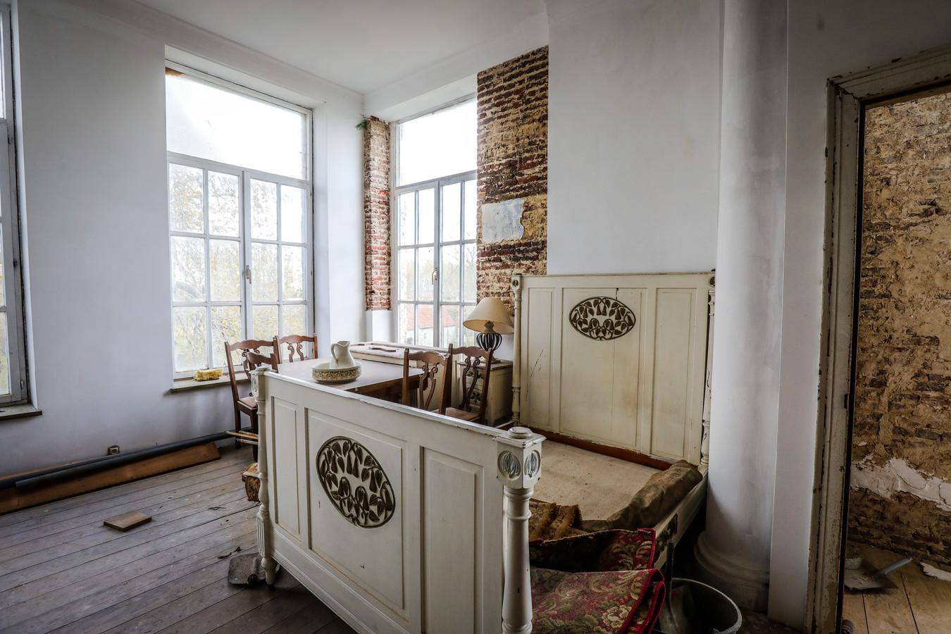 Enkele beelden van het interieur in het brouwerskasteel. Hier de kamer waar veldmaarschalk Foch ooit sliep