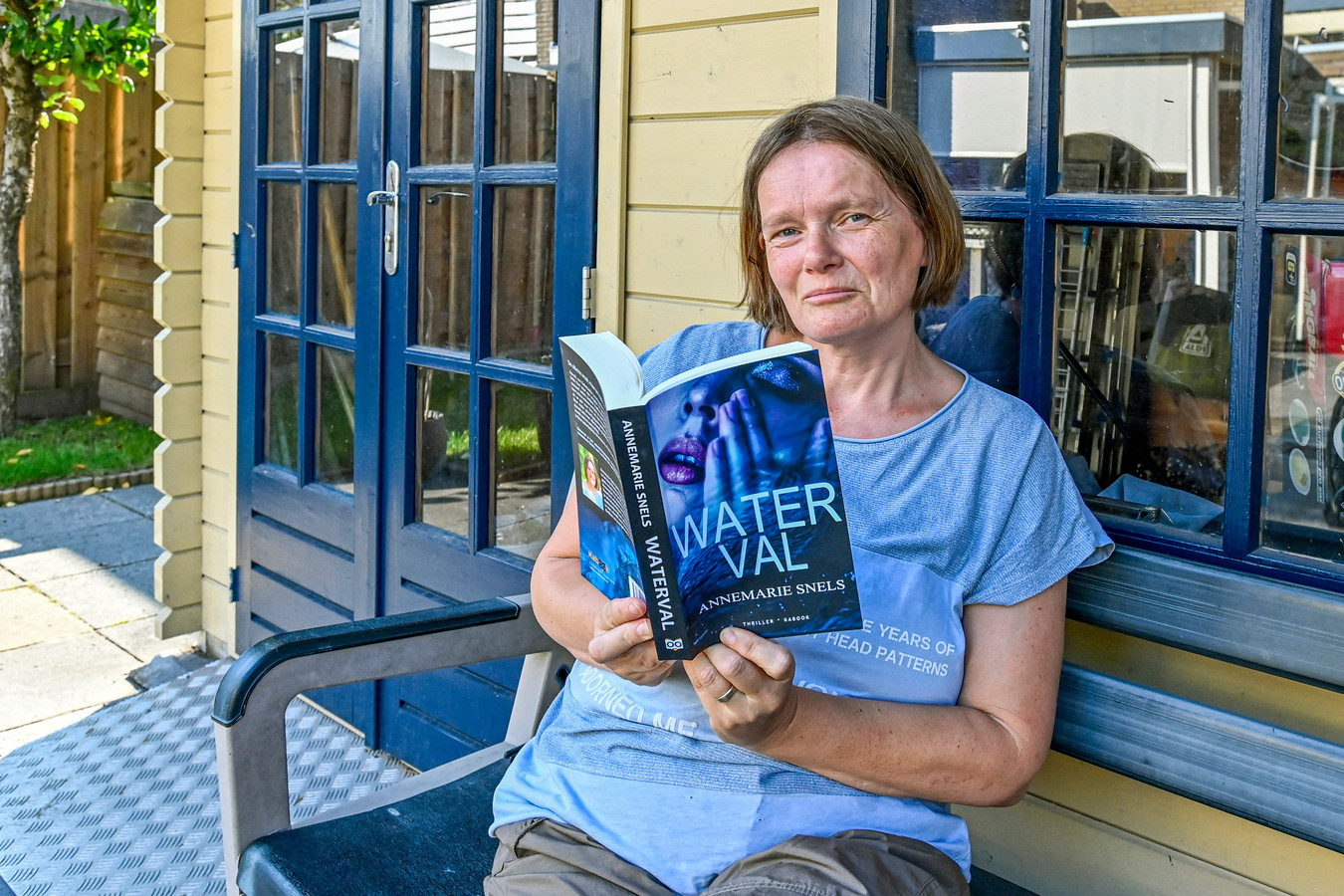 Schrijfster Annemarie Snels is genomineerd voor een boekenprijs van Omroep Max met haar debuutthriller Waterval.