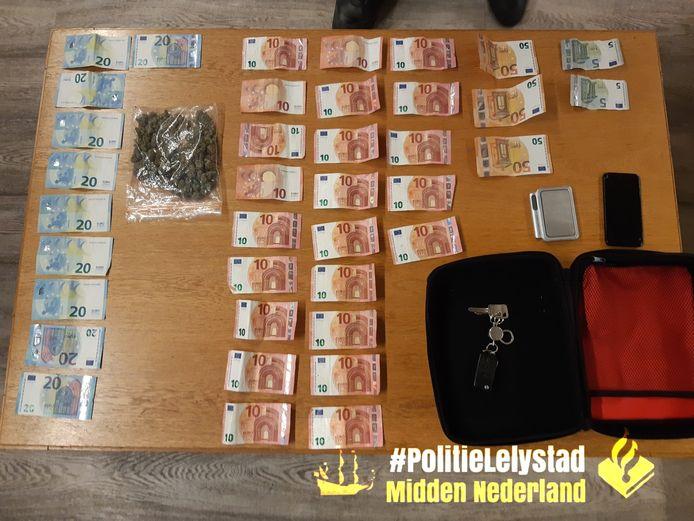 De politie in Lelystad heeft drugs en geld in beslag genomen bij een voertuigcontrole.