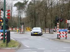 Gesloten spoorbomen zorgen voor levensgevaarlijke capriolen bij spoorwegovergang in Baarn