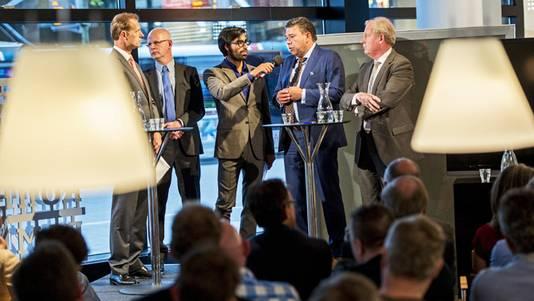V.l.n.r.: Roel Vollebregt van AM, Ursul Schaap van Schaap & Hooning, presentator Ernest van der Kwast, oud-wethouder Wim van Sluis en president-commissaris Dick van Well van Feyenoord.