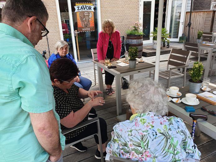 Miep Kalkman heeft de rode robijn overgedragen aan de nazaten van de familie Groen.