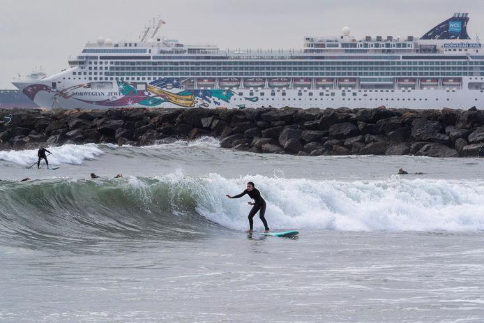 Een cruiseschip van Norwegian dat werkloos langs de kade ligt in California.