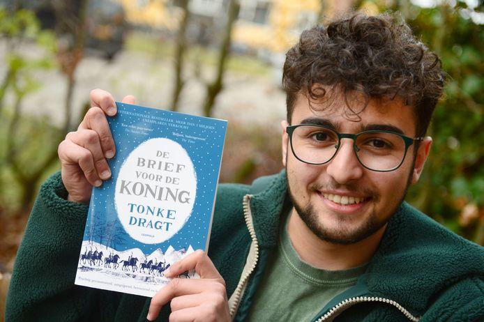 Deniz Dönmez van de PvdA zit scherp op laaggeletterdheid in de stad.  De partij wil achtste groepers een boek cadeau doen om het lezen te bevorderen.