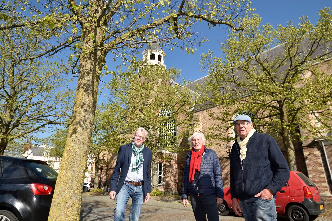 Foto Pim Mul 28042021 Bodegraven..Han Koevoets ( gele sjaal ), Leendert Spijker en  Sietse Bonnema ( rode sjaal )