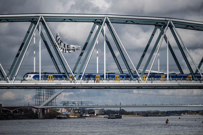 Een groot spandoek hangt aan de spoorbrug in Nijmegen.