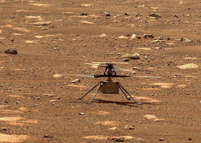 De helikopter Ingenuity staat op Mars klaar om proefvluchten te maken.