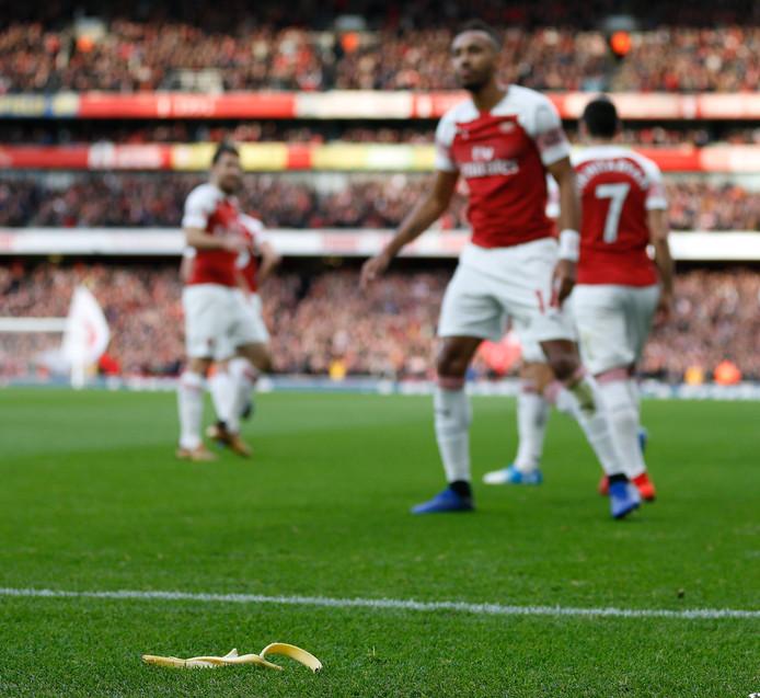 De bananenschil  ligt voor de voeten van Pierre-Emerick Aubameyang.