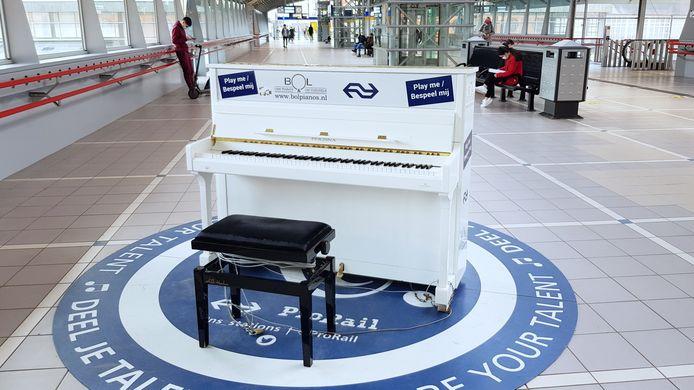 De stationspiano is te vinden in de stationshal en komt tijdelijk over uit Almere.