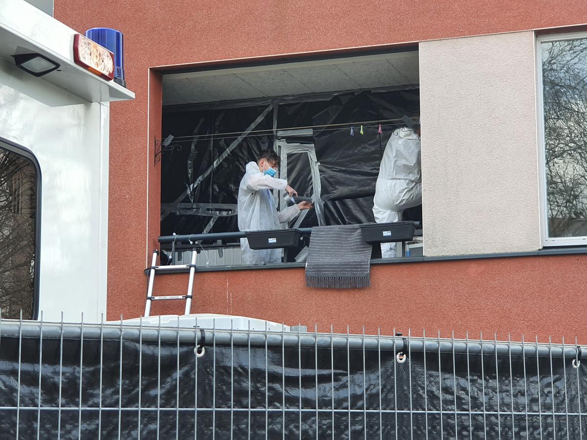De woning aan de Lebuïnuslaan is inmiddels volledig afgeplakt. Het Forensisch Technisch Team (FTT) van de politie doet onderzoek.