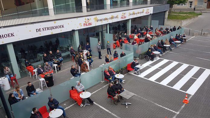 Een sfeerbeeld van de Filou Sportsbar tijdens het proefdraaien. Sinds woensdag is de zaak officieel open.