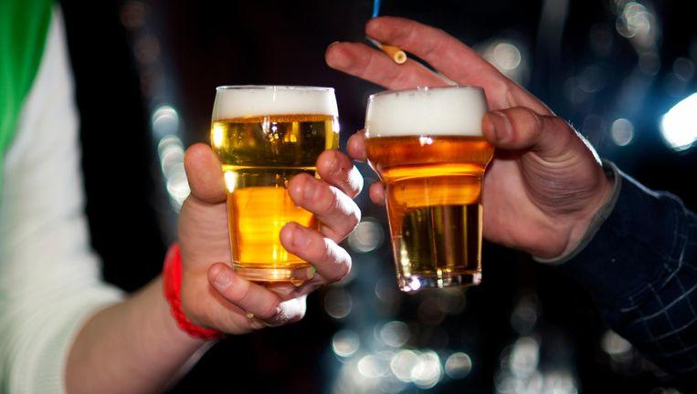 Een biertje en een sigaret. Veel minder jongeren doen het. Beeld anp