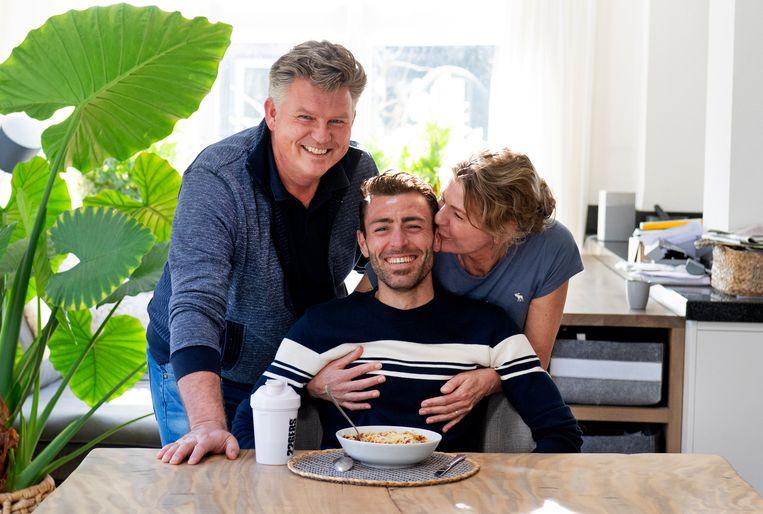 Triatleet Mohamad Maso bij zijn 'pleegouders' in Limmen, Vincent Meurs en Jolanda Gooijer. Beeld Olaf Kraak