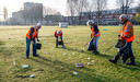 Josja Goossens (midden, links) en Leon de Rooij (helemaal links) ruimen samen met andere vrijwilligers afval op