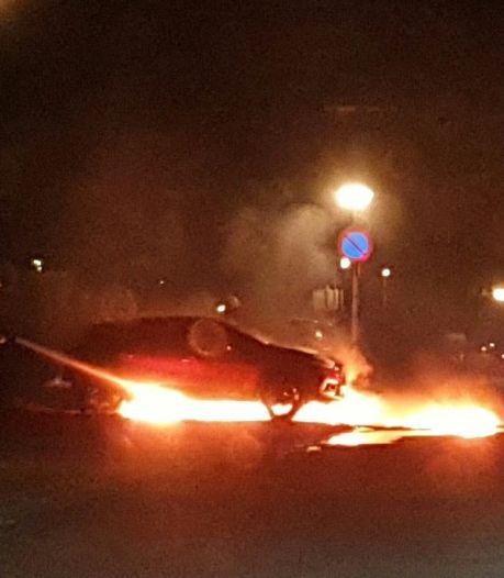 Twee auto's zwaar beschadigd bij dubbele autobrand in Enschede