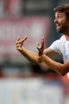 Geen kostuum, maar een basic T-shirt: FC Twente-trainer Garcia doet het anders