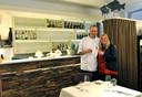 Debbie en Eric Ketel in hun restaurant Les Copains. ,,We proberen elke dag naar kwaliteit te streven.''
