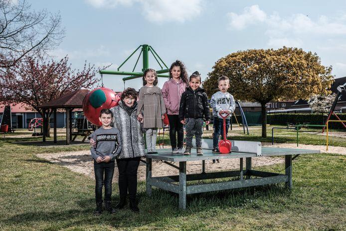 Ria van Halteren met een aantal kinderen in speeltuin Kindervreugd. Als kind speelde ze er al.