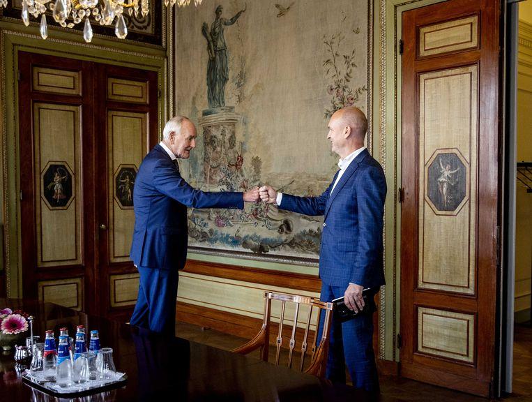 Informateur Johan Remkes en Gert-Jan Segers in de Stadhouderskamer voor een gesprek over de kabinetsformatie.  Beeld ANP