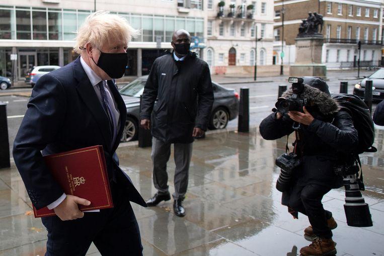 Boris Johnson zaterdag onderweg naar de BBC voor opnames van een tv-programma. Hij heeft zijn onderhandelaar bij de EU gevraagd aan een akkoord te blijven werken met de EU.  Beeld Hollandse Hoogte / AFP
