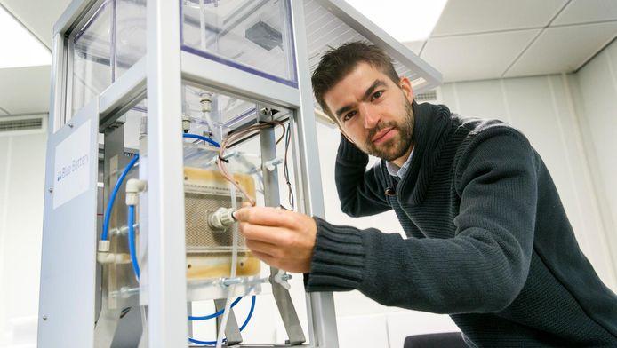 David Vermaas toont de Blue Battery.