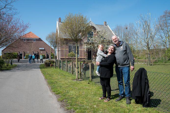 Rob en Ellen Vaillant met kleindochter Louna op het terrein van zorgboerderij Bouwlust.