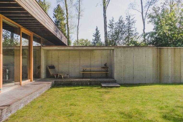In dit project van de architect Eddy François voeren beton en hout de hoofdtoon.  De ligstoel is de Bay Reclining Chair van Gloster, de opklapbare tuintafelset komt van bij hopper.be.  Beeld Hannelore Veelaert