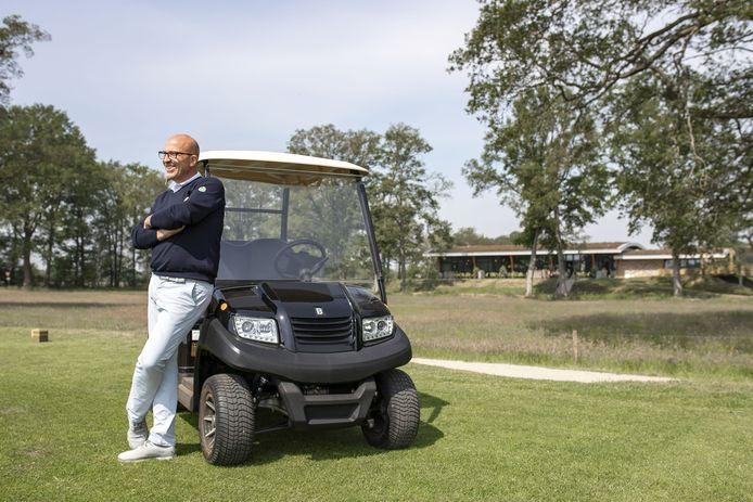 Frank Agterbos op de golfbaan in Zenderen, met op de achtergrond het restaurant en terras dat nu definitief ruimere horecamogelijkheden krijgt.