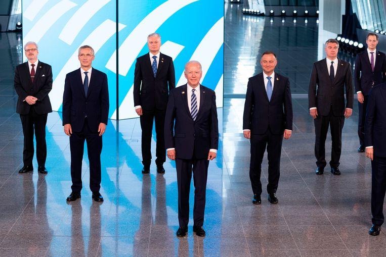 Secretaris-generaal Jens Stoltenberg, tweede van links, poseert met Navo-leiders voor de traditionele 'familiefoto'. Op de voorgrond de Amerikaanse president Joe Biden.  Beeld AP