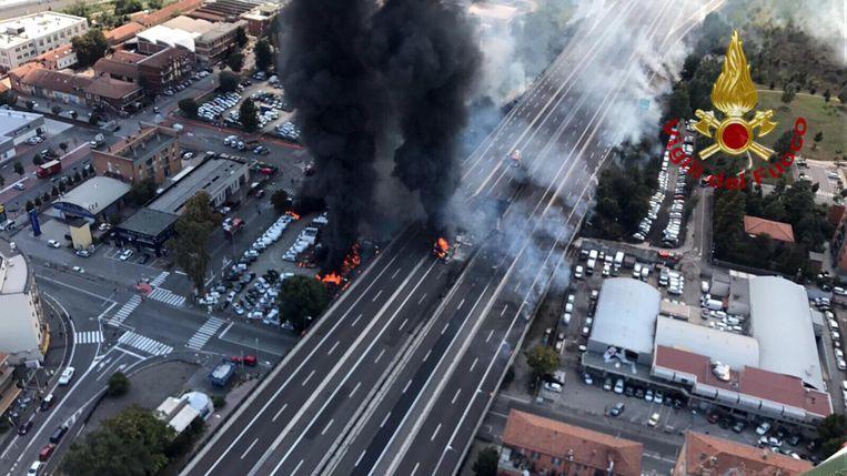 Een foto verspreid door de brandweer toont de brand die na het ongeval ontstond. Beeld EPA