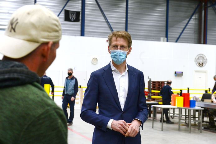 Minister Sander Dekker praat met een man die te werk is gesteld in De Fabriek van de Almelose gevangenis.