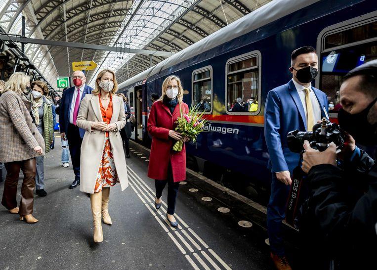Staatssecretaris Stientje van Veldhoven (infrastructuur) en de Oostenrijkse minister van mobiliteit Leonore Gewessler zetten de aankomst van de eerste Nightjet op Amsterdam Centraal luister bij. Beeld ANP