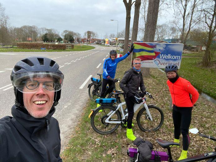 De laatste foto van de tour door Nederland bij daglicht: Het viertal bereikt Overijssel. Hierna wachtten alleen nog Friesland, Groningen en Drenthe. Links op de foto staat Timo van de Kasteele.