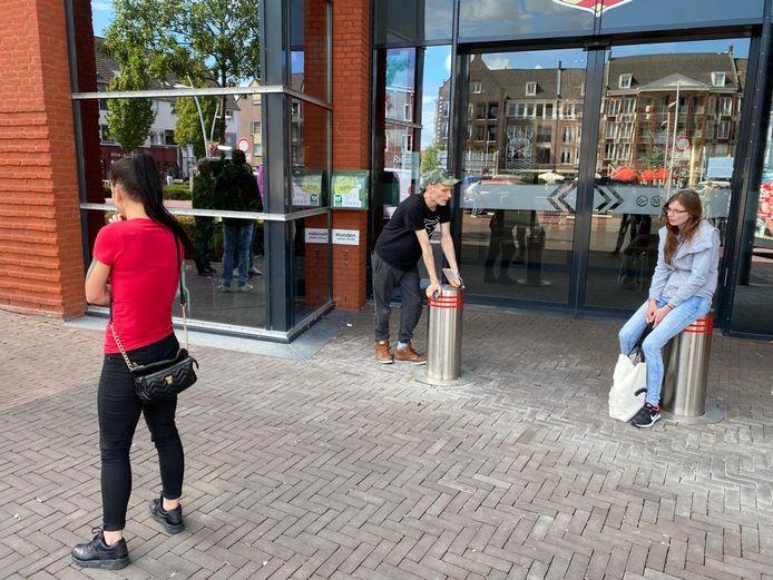 De Posthof-bewoners die weigeren het gemeentehuis in Bladel te verlaten.