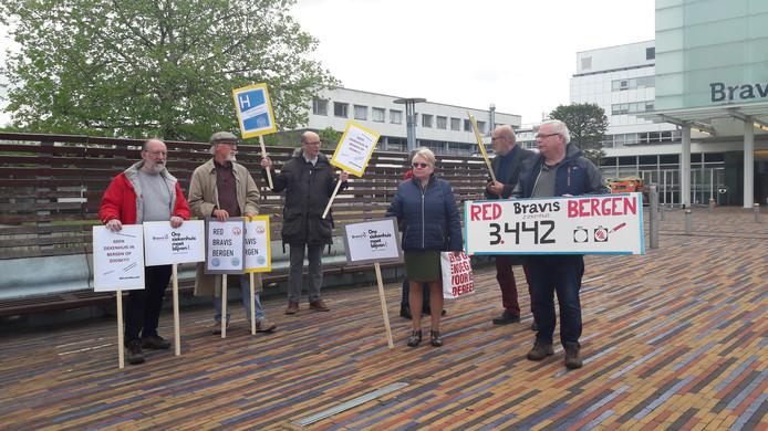 De actiegroep had borden bij zich om te protesteren tegen de sluiting van het ziekenhuis in Bergen op Zoom.