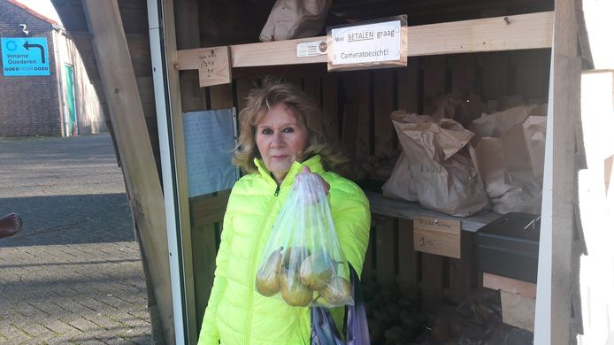 Linda Hordes is trouwe klant bij de groente- en fruitkraam op het terrein bij het kringloopcentrum in Halsteren. Maar omdat er te veel gestolen wordt, stopt de eigenaar ermee, tot verdriet van veel dorpelingen.
